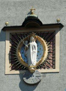 Mutter Gottes mit Jesuskind angebracht am Firmengebäude der Rauchmühle