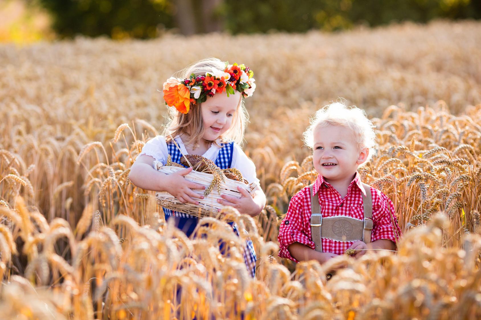 Kinder im Getreidefeld