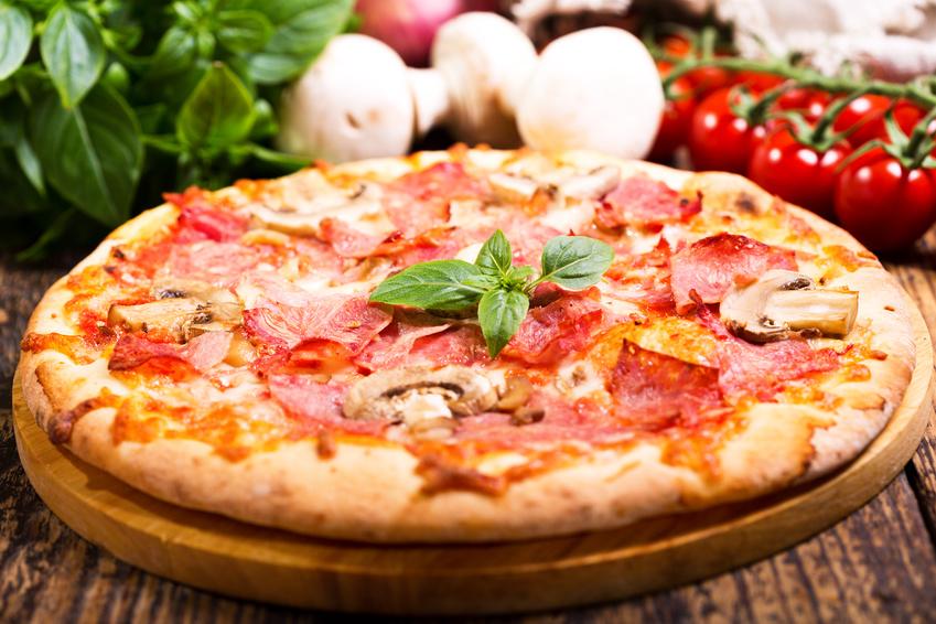 Pizza mit Schinken und Champignons / Rezepte / Rauchmühle / Rauchmehl