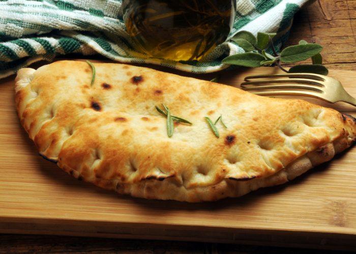 Pizzataschen (Calzone) / Pizza zusammengeklappt mit Spinatfülle / Rauchmühle / Rauchmehl